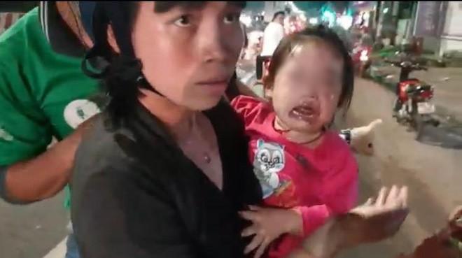 Bình Dương: Hàng chục xe ngã dúi dụi, trẻ em và bà bầu khóc thét vì bị trượt té trên đường đầy dầu nhớt - ảnh 2