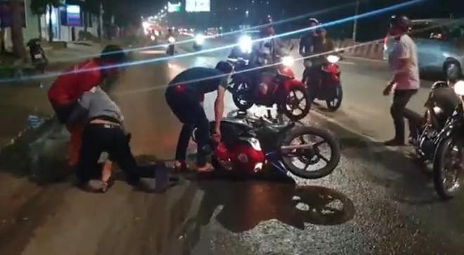 Bình Dương: Hàng chục xe ngã dúi dụi, trẻ em và bà bầu khóc thét vì bị trượt té trên đường đầy dầu nhớt - ảnh 1