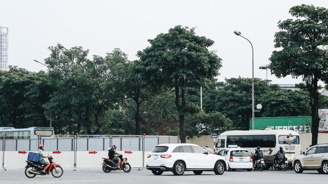 """Hà Nội : Rào chắn thêm tuyến đường Lê Đức Thọ - Lê Quang Đạo phục vụ thi công đường đua F1, người dân lại """"than"""" tắc đường - ảnh 2"""
