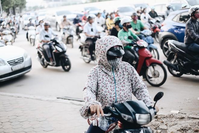 """Hà Nội : Rào chắn thêm tuyến đường Lê Đức Thọ - Lê Quang Đạo phục vụ thi công đường đua F1, người dân lại """"than"""" tắc đường - ảnh 11"""