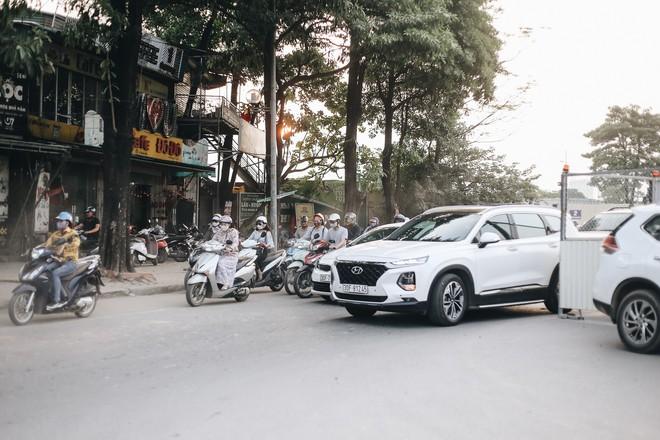 """Hà Nội : Rào chắn thêm tuyến đường Lê Đức Thọ - Lê Quang Đạo phục vụ thi công đường đua F1, người dân lại """"than"""" tắc đường - ảnh 12"""