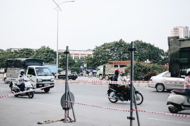 """Hà Nội : Rào chắn thêm tuyến đường Lê Đức Thọ - Lê Quang Đạo phục vụ thi công đường đua F1, người dân lại """"than"""" tắc đường - ảnh 13"""