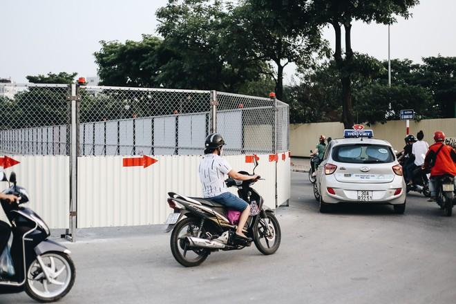 """Hà Nội : Rào chắn thêm tuyến đường Lê Đức Thọ - Lê Quang Đạo phục vụ thi công đường đua F1, người dân lại """"than"""" tắc đường - ảnh 3"""