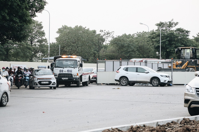 """Hà Nội : Rào chắn thêm tuyến đường Lê Đức Thọ - Lê Quang Đạo phục vụ thi công đường đua F1, người dân lại """"than"""" tắc đường - ảnh 4"""