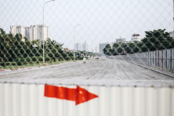 """Hà Nội : Rào chắn thêm tuyến đường Lê Đức Thọ - Lê Quang Đạo phục vụ thi công đường đua F1, người dân lại """"than"""" tắc đường - ảnh 5"""