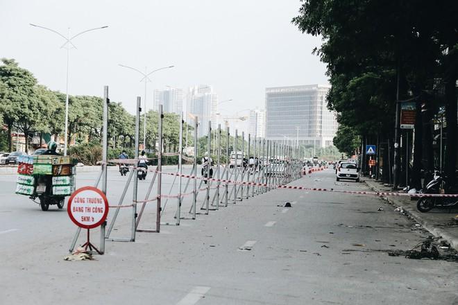"""Hà Nội : Rào chắn thêm tuyến đường Lê Đức Thọ - Lê Quang Đạo phục vụ thi công đường đua F1, người dân lại """"than"""" tắc đường - ảnh 6"""