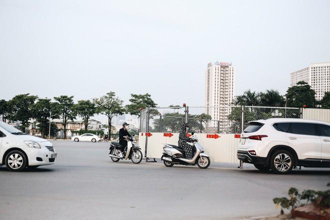 """Hà Nội : Rào chắn thêm tuyến đường Lê Đức Thọ - Lê Quang Đạo phục vụ thi công đường đua F1, người dân lại """"than"""" tắc đường - ảnh 9"""