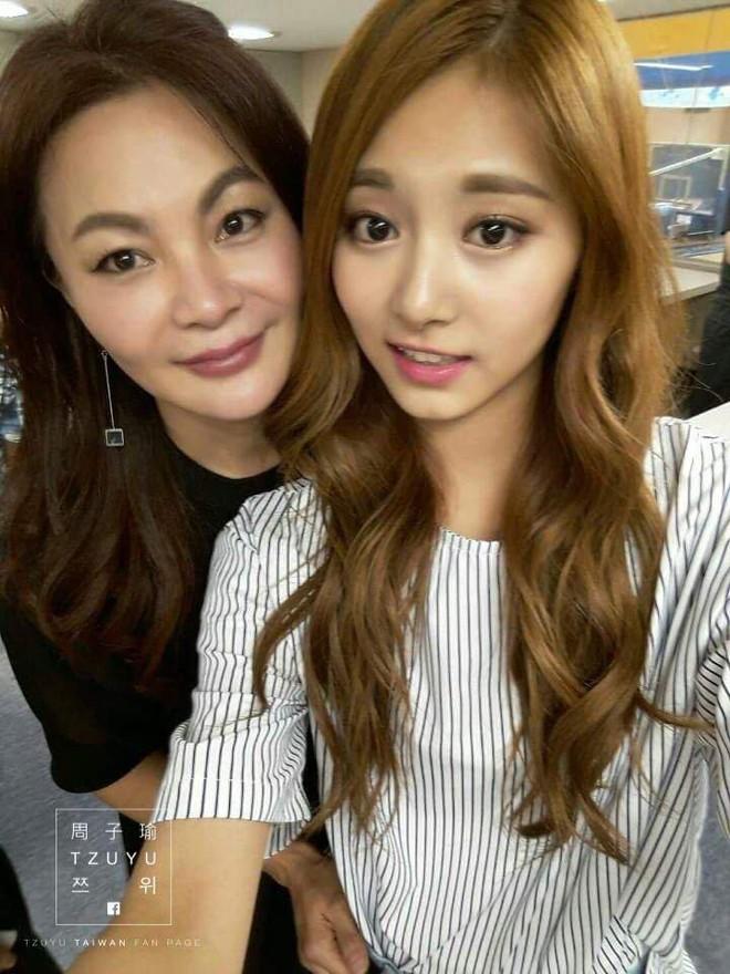 11 idol Kpop là bản sao của bố mẹ: Cha con nhà V (BTS) quá đỉnh, mẹ của mỹ nhân TWICE gây bão vì ảnh hồi trẻ - ảnh 10