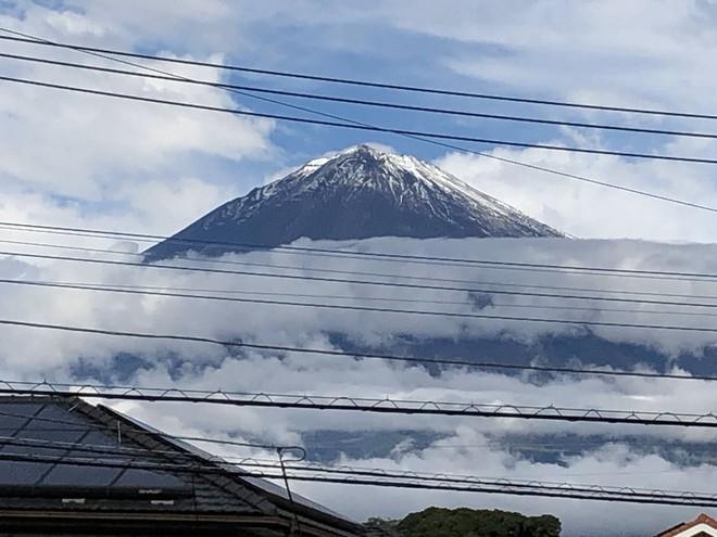 Ngay trước khi Nhật hoàng đăng quang, cầu vồng bất ngờ xuất hiện và núi Phú Sĩ đón đợt tuyết đầu tiên trong sự ngỡ ngàng của người dân - ảnh 4