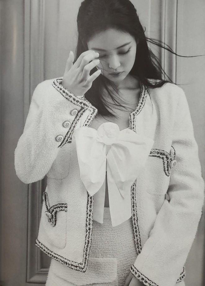 Ngộp thở vì ảnh tạp chí của Jennie - Lisa (BLACKPINK) ở châu Âu: Thần thái chưa gây choáng bằng nhan sắc xuất thần - ảnh 4