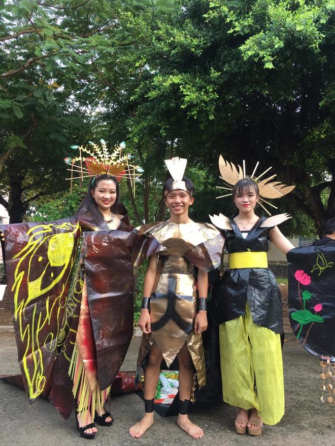 Tự tin trình diễn trang phục tái chế với phong cách hoàng gia quý tộc, nhóm học sinh cấp 3 bỗng nổi như cồn trên MXH - ảnh 3
