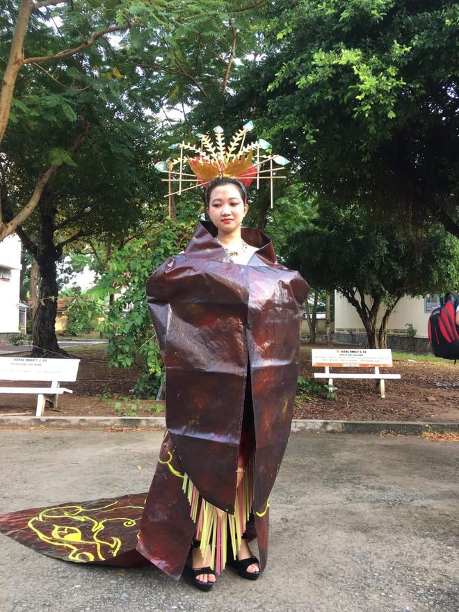Tự tin trình diễn trang phục tái chế với phong cách hoàng gia quý tộc, nhóm học sinh cấp 3 bỗng nổi như cồn trên MXH - ảnh 11