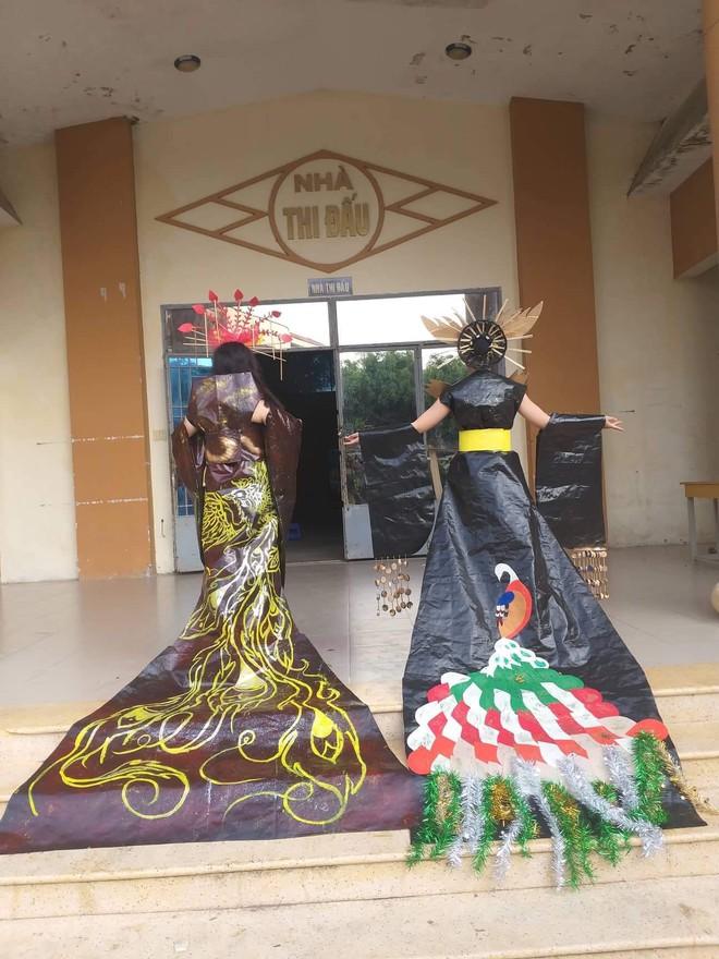 Tự tin trình diễn trang phục tái chế với phong cách hoàng gia quý tộc, nhóm học sinh cấp 3 bỗng nổi như cồn trên MXH - ảnh 14