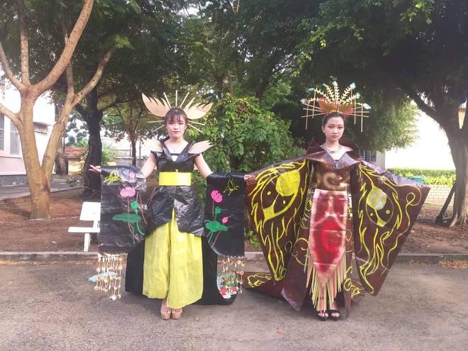 Tự tin trình diễn trang phục tái chế với phong cách hoàng gia quý tộc, nhóm học sinh cấp 3 bỗng nổi như cồn trên MXH - ảnh 16