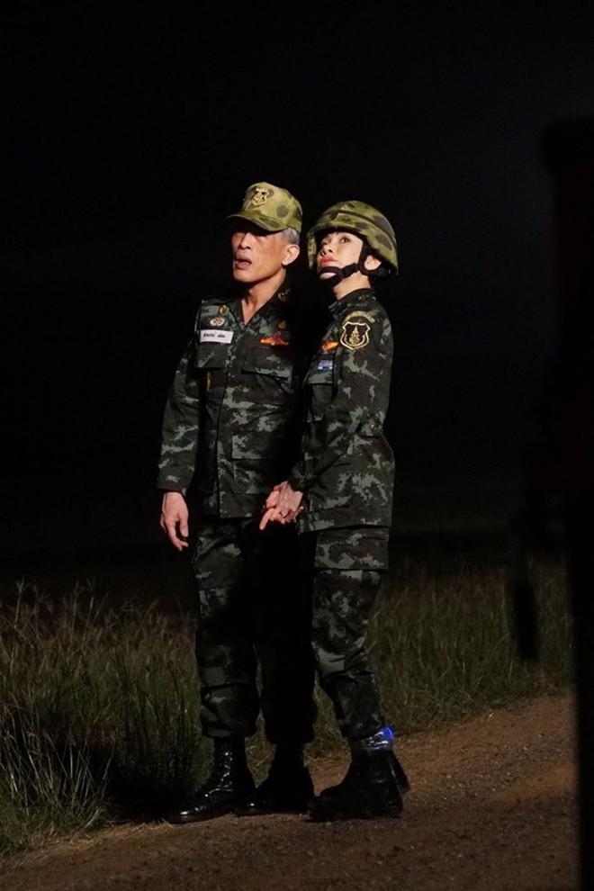Hoàng hậu và Hoàng quý phi Thái Lan: Hai người phụ nữ có xuất phát điểm tương đồng và cuộc chiến tranh sủng gây xôn xao dư luận - ảnh 8