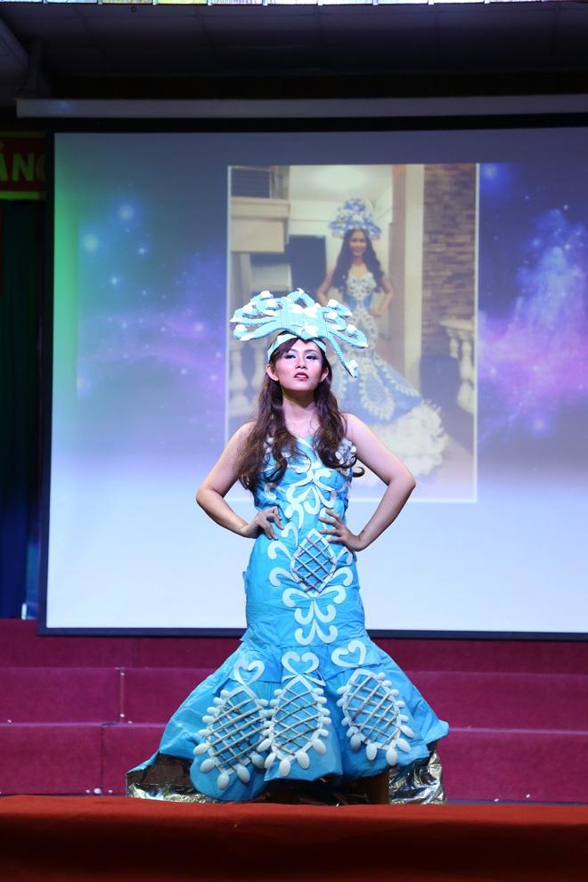 Choáng với bộ sưu tập thời trang tái chế của sinh viên sang chảnh như thi Miss Universe, đã mắt nhất là bộ bánh mì của H'hen Niê - ảnh 6