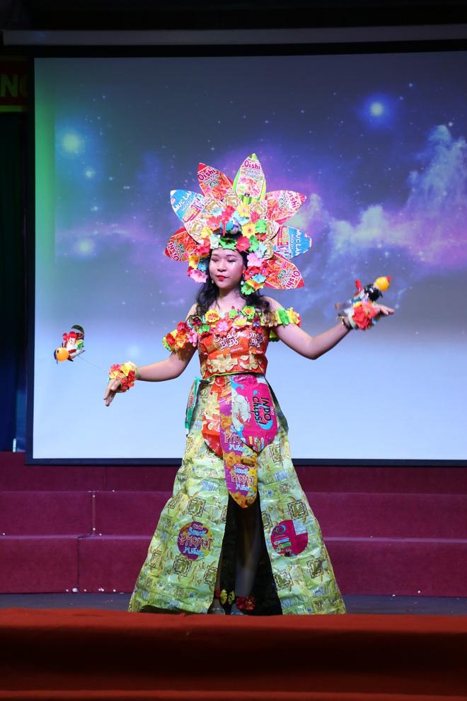 Choáng với bộ sưu tập thời trang tái chế của sinh viên sang chảnh như thi Miss Universe, đã mắt nhất là bộ bánh mì của H'hen Niê - ảnh 3