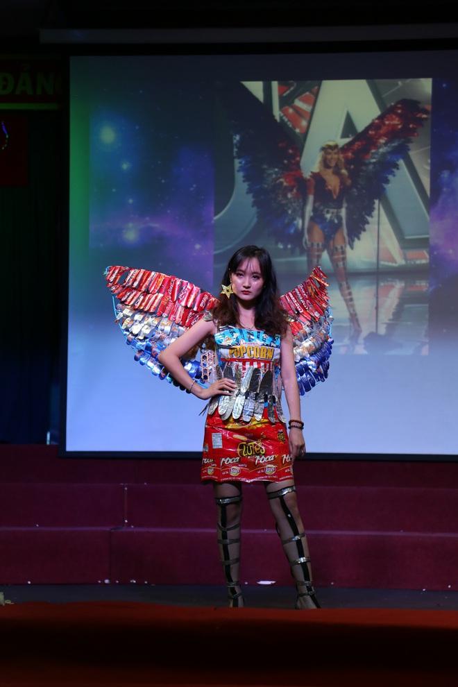 Choáng với bộ sưu tập thời trang tái chế của sinh viên sang chảnh như thi Miss Universe, đã mắt nhất là bộ bánh mì của H'hen Niê - ảnh 5