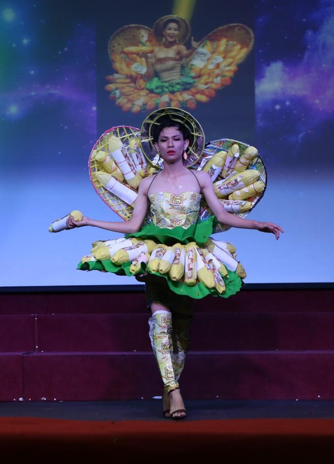 Choáng với bộ sưu tập thời trang tái chế của sinh viên sang chảnh như thi Miss Universe, đã mắt nhất là bộ bánh mì của H'hen Niê - ảnh 1