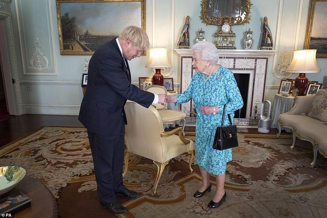 Ảnh vợ chồng Hoàng tử Harry bất ngờ 'biến mất' trong cung điện Hoàng gia vì Meghan Markle gần đây lên truyền hình kể khổ? - ảnh 3