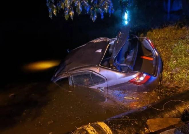 Bị cảnh sát bắt gặp đang mây mưa trên ô tô, cặp đôi hoảng hốt phóng xe bỏ trốn rồi lao đầu luôn xuống mương - ảnh 1