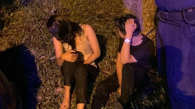 Bị cảnh sát bắt gặp đang mây mưa trên ô tô, cặp đôi hoảng hốt phóng xe bỏ trốn rồi lao đầu luôn xuống mương - ảnh 2