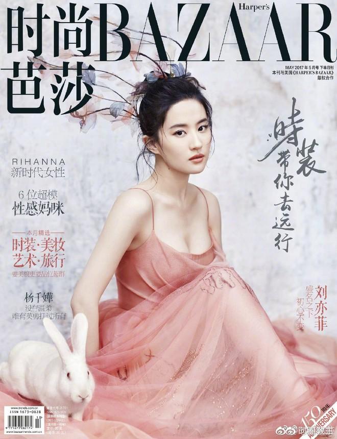 Dù Triệu Lệ Dĩnh cố gắng thế nào thì vẫn thua đau trước Dương Mịch, Lưu Diệc Phi khi lên bìa tạp chí với cùng 1 tạo hình - ảnh 1