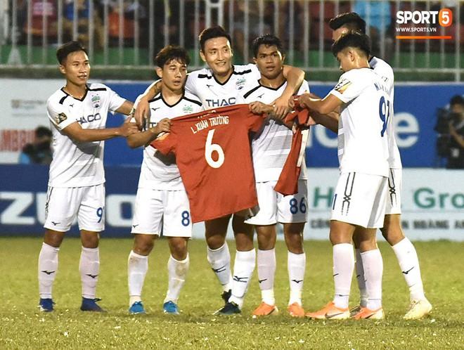 Cầu thủ HAGL tri ân Lương Xuân Trường trong ngày đội bóng phố núi trụ hạng - ảnh 10