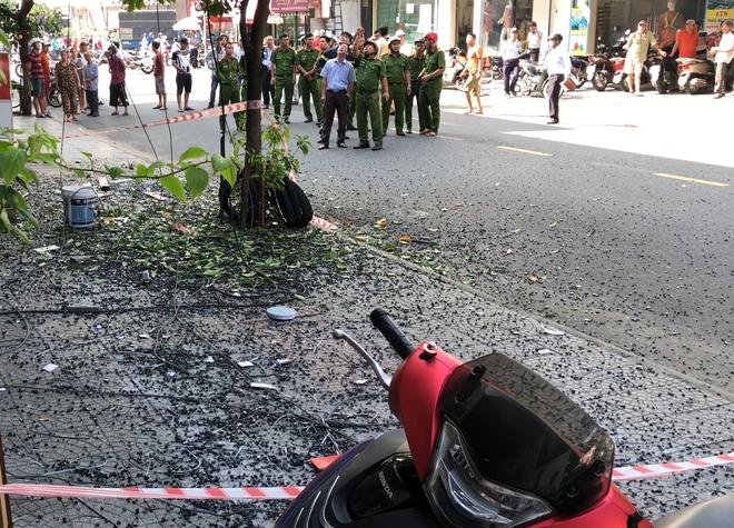 Đôi vợ chồng trẻ chạy xe máy trọng thương vì bị giàn treo di động từ tòa nhà cao tầng rơi trúng - ảnh 3