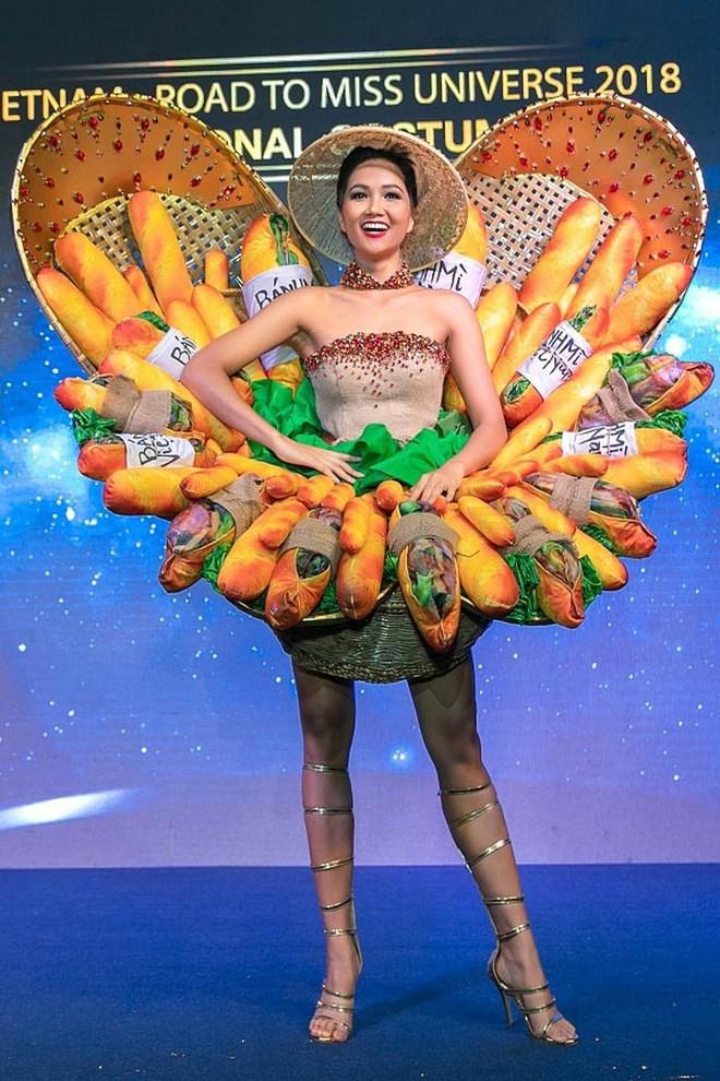 Choáng với bộ sưu tập thời trang tái chế của sinh viên sang chảnh như thi Miss Universe, đã mắt nhất là bộ bánh mì của H'hen Niê - ảnh 2