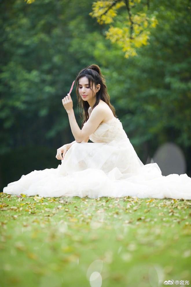 Tiểu Long Nữ Lý Nhược Đồng bất ngờ khoe ảnh váy cưới ở tuổi 46, lý do đằng sau khiến Cnet dở khóc dở cười - ảnh 1