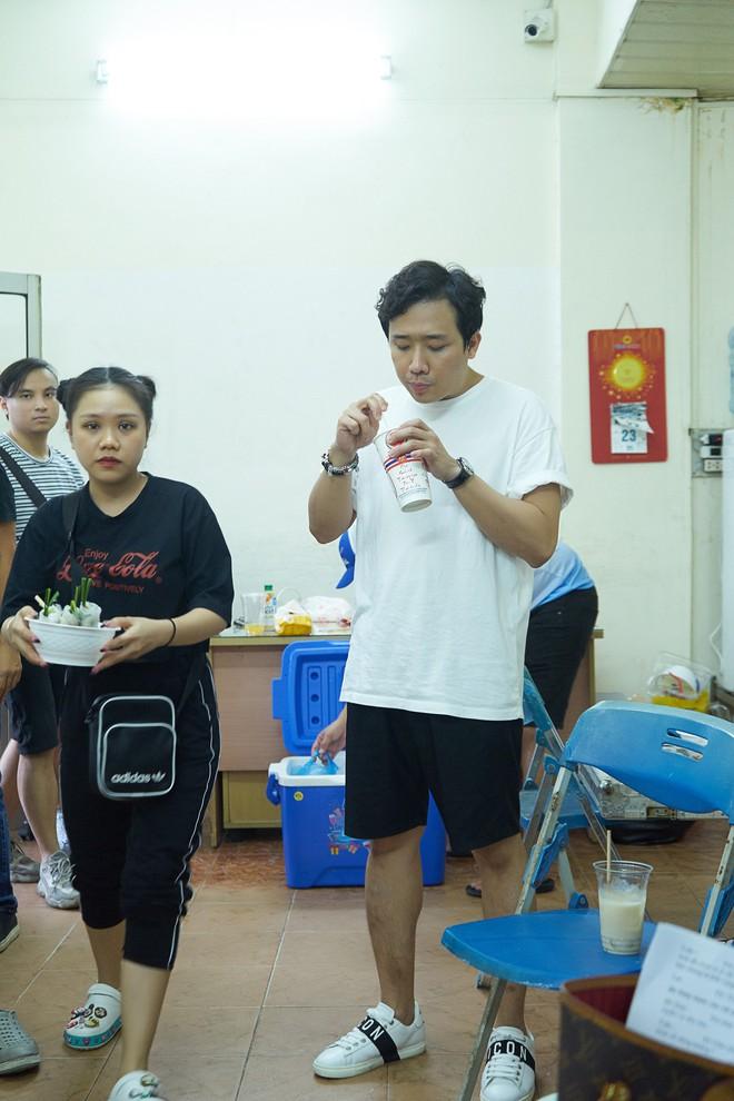Trấn Thành, Trường Giang lộ vẻ ngoài chưa makeup, cùng dàn sao Vbiz tập luyện xuyên đêm cho liveshow Chí Tài - ảnh 2