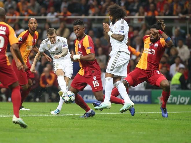 Courtois hóa người nhện, Real Madrid lần đầu hưởng niềm vui chiến thắng tại Champions League mùa này - ảnh 5
