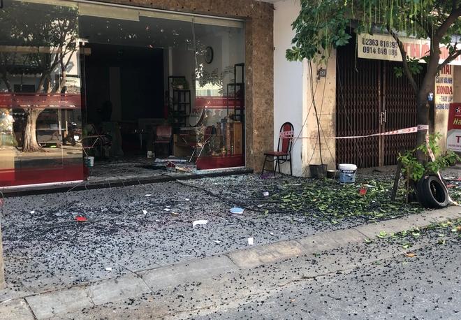 Đôi vợ chồng trẻ chạy xe máy trọng thương vì bị giàn treo di động từ tòa nhà cao tầng rơi trúng - ảnh 8