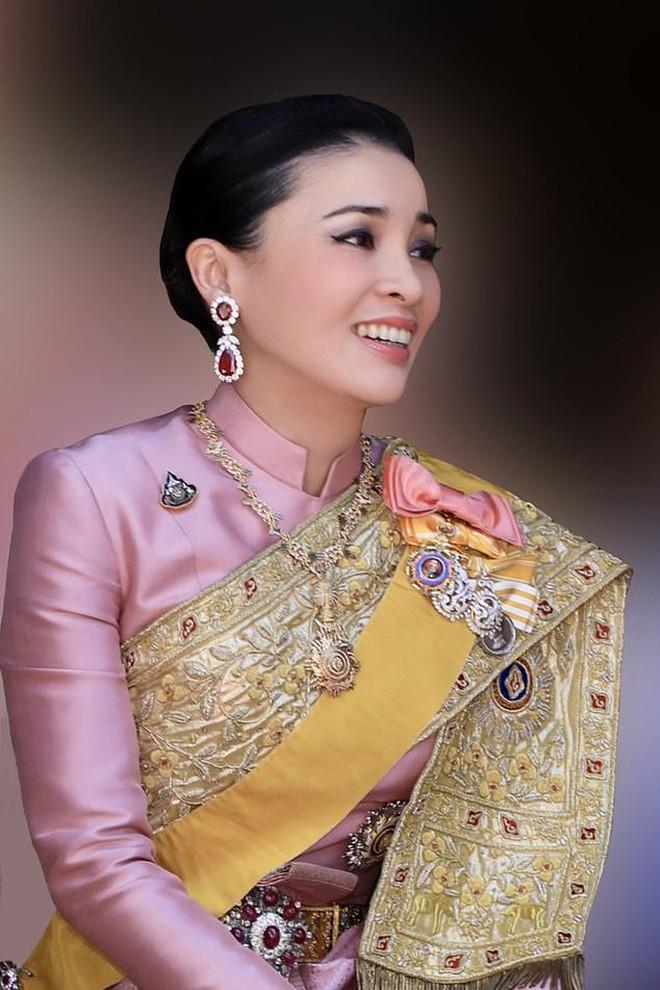 Hoàng hậu và Hoàng quý phi Thái Lan: Hai người phụ nữ có xuất phát điểm tương đồng và cuộc chiến tranh sủng gây xôn xao dư luận - ảnh 1