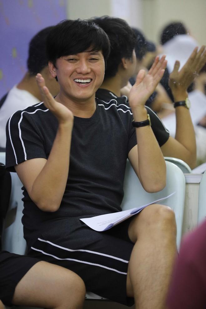 Trấn Thành, Trường Giang lộ vẻ ngoài chưa makeup, cùng dàn sao Vbiz tập luyện xuyên đêm cho liveshow Chí Tài - ảnh 7