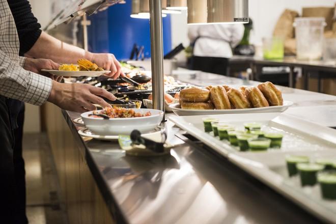 Xem cách Facebook phục vụ đồ ăn đỉnh như nhà hàng thế này, bảo sao nhân viên không chịu ra ngoài cũng dễ hiểu - ảnh 4