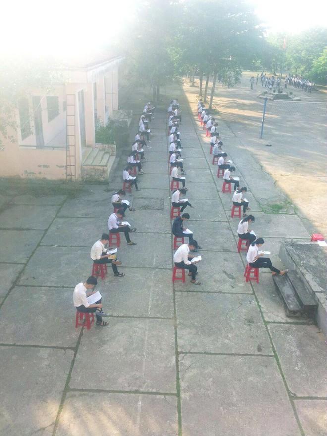 Choáng trước cảnh học sinh Hậu Giang ngồi giữa sân trường làm bài thi, có muốn quay cóp cũng khó mà được - Ảnh 1.