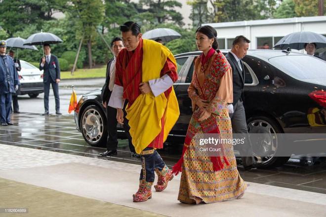 Cộng đồng mạng phát sốt với vẻ đẹp thoát tục không góc chết của Hoàng hậu Bhutan ở Nhật Bản khi tham dự lễ đăng quang - ảnh 1