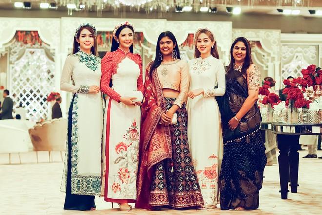 Ngọc Hân, Phương Nga dự đám cưới 5 ngày của con gái đại gia Ấn Độ: Diện Áo dài nền nã, nổi bật bên cô dâu chú rể - Ảnh 3.