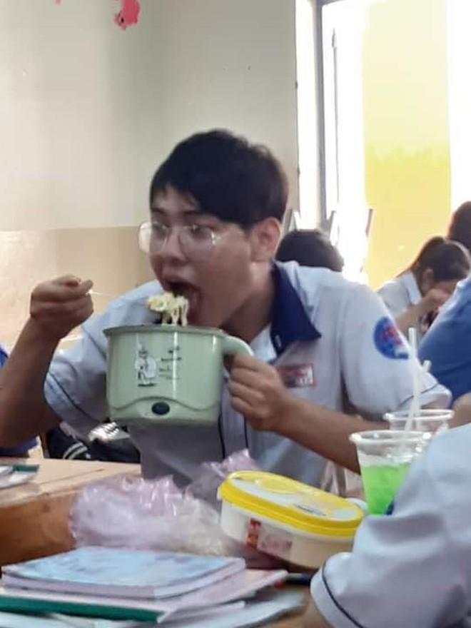 Đang ăn trưa mà bị mẹ bắt đi học, nam sinh cầm cả nồi mì đến lớp nhưng điều khiến dân mạng phát cuồng chính là vẻ đẹp trai mê hoặc - ảnh 2