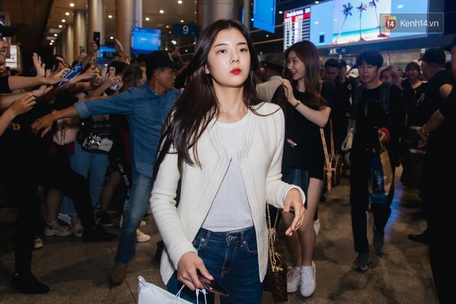 Tân binh ITZY khủng nhà JYP đổ bộ sân bay Tân Sơn Nhất: Dàn mỹ nhân khoe da đẹp mãn nhãn, Yuna diện cả cây đồ hiệu - ảnh 3