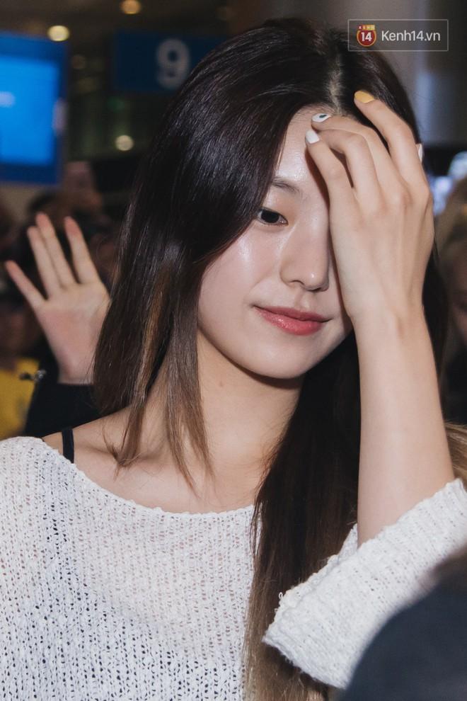 Tân binh ITZY khủng nhà JYP đổ bộ sân bay Tân Sơn Nhất: Dàn mỹ nhân khoe da đẹp mãn nhãn, Yuna diện cả cây đồ hiệu - ảnh 8