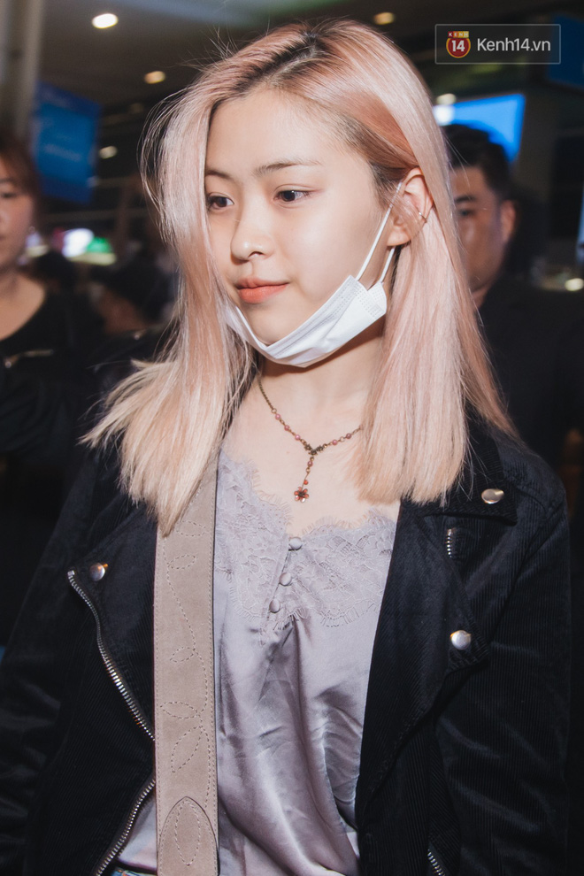 Tân binh ITZY khủng nhà JYP đổ bộ sân bay Tân Sơn Nhất: Dàn mỹ nhân khoe da đẹp mãn nhãn, Yuna diện cả cây đồ hiệu - ảnh 2