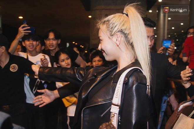 Tân binh ITZY khủng nhà JYP đổ bộ sân bay Tân Sơn Nhất: Dàn mỹ nhân khoe da đẹp mãn nhãn, Yuna diện cả cây đồ hiệu - ảnh 9