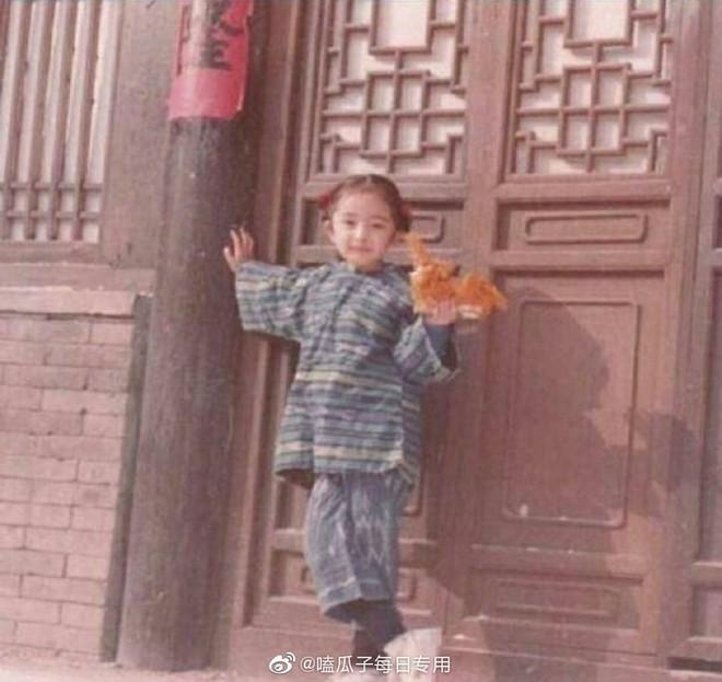 Dương Mịch có một chiêu pose hình tủ từ bé đến lớn: Bảo sao ảnh quảng cáo đến street style đều đẹp miễn chê - ảnh 3