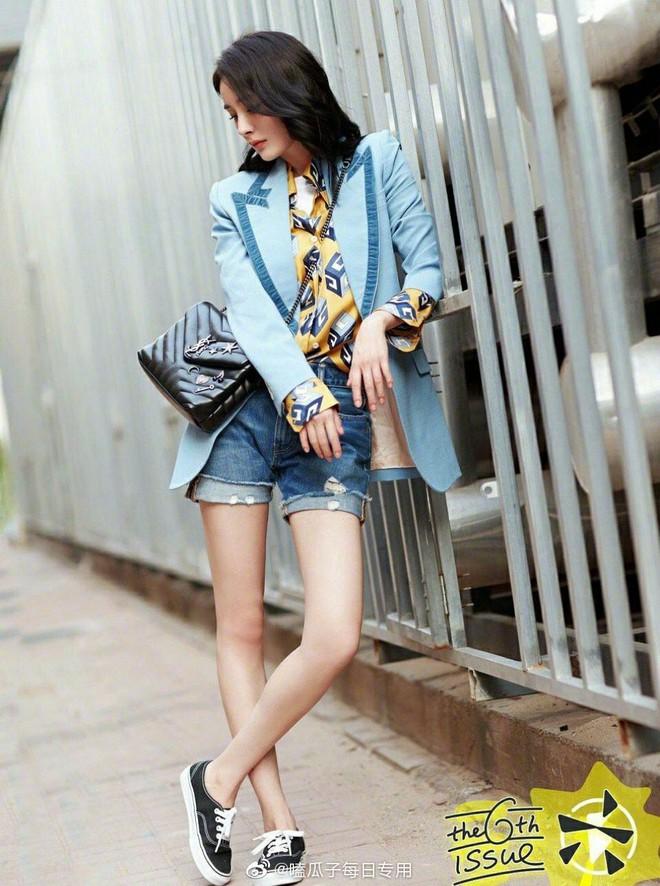 Dương Mịch có một chiêu pose hình tủ từ bé đến lớn: Bảo sao ảnh quảng cáo đến street style đều đẹp miễn chê - ảnh 4