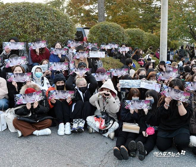 Ông hoàng Kpop G-Dragon cuối cùng đã xuất ngũ: Quá ngầu, cúi gập 90 độ trước 3.000 fan và phóng viên đông nghẹt thở - Ảnh 17.