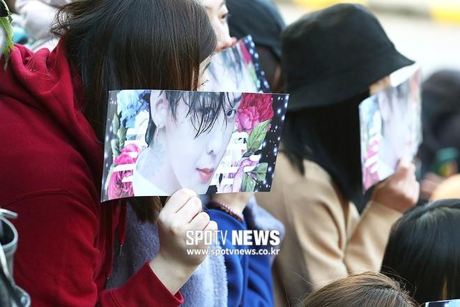 Ông hoàng Kpop G-Dragon cuối cùng đã xuất ngũ: Quá ngầu, cúi gập 90 độ trước 3.000 fan và phóng viên đông nghẹt thở - Ảnh 16.