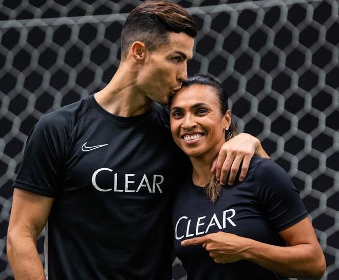 Ronaldo gây sốc khi đăng ảnh hôn đồng nghiệp nữ lên trang cá nhân, fan đồng loạt thắc mắc: Georgina đang ở đâu rồi - ảnh 1